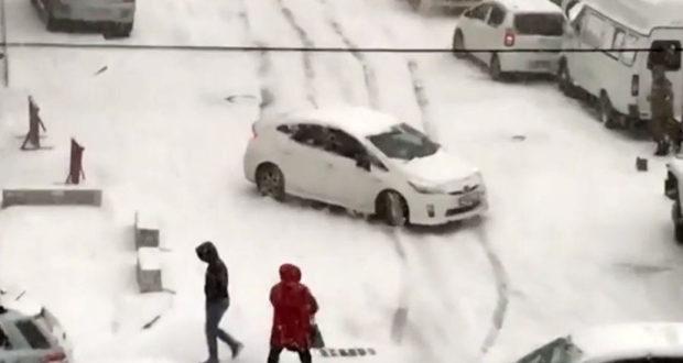 Autos pierden el control tras nevada en Rusia