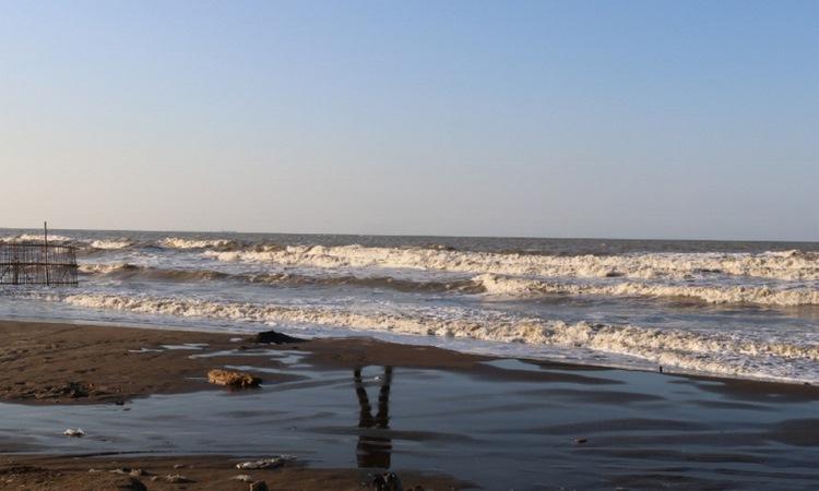 Mengintip Keindahan Pantai Glayem di Indramayu yang Memukau