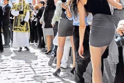 aa58e78220 Las minifaldas son artículos divertidos que nunca pasan realmente de moda.  Esta es la forma de verte genial al usar una minifalda. Anuncio Pasos Wear  a Mini ...