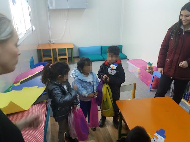 Γιάννενα: Δώρα στα προσφυγοπουλα της δομής Κατσικά,από του φοιτητές της πόλης
