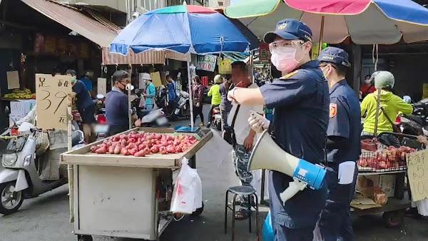 彰化市場攤商未戴好口罩開罰 彰警防疫宣導稽查防破口
