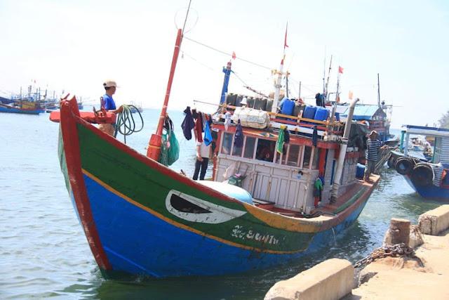 Trung Quốc đâm vỡ tàu cá Ngư Dân Quảng Ngãi ở Hoàng Sa