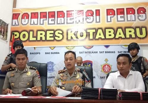 Kapolres AKBP Andi Adnan Syafruddin saat ekspose kasus korupsi kepala desa Kecamatan Pulau laut di Mapolres Kotabaru, Senin (27/1)