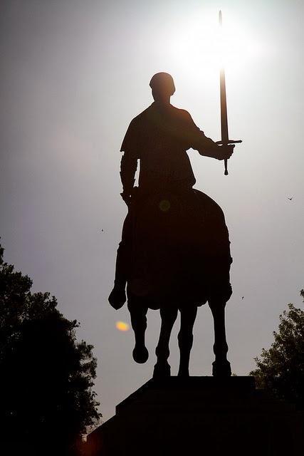 estatua hombre caballo espada
