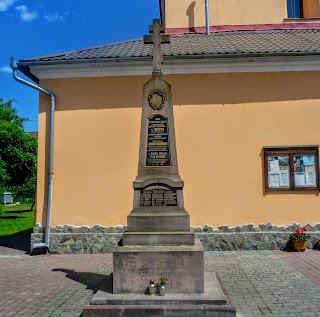 Галич. Церква Різдва Христова. Пам'ятник жертвам концтабору Талергоф