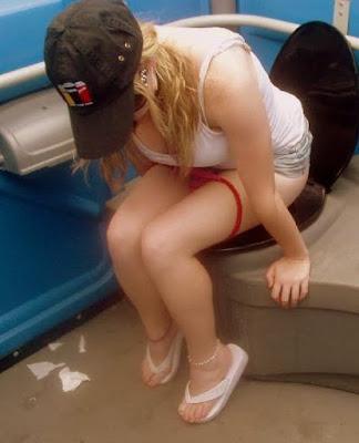 девочка в туалетной кабинке