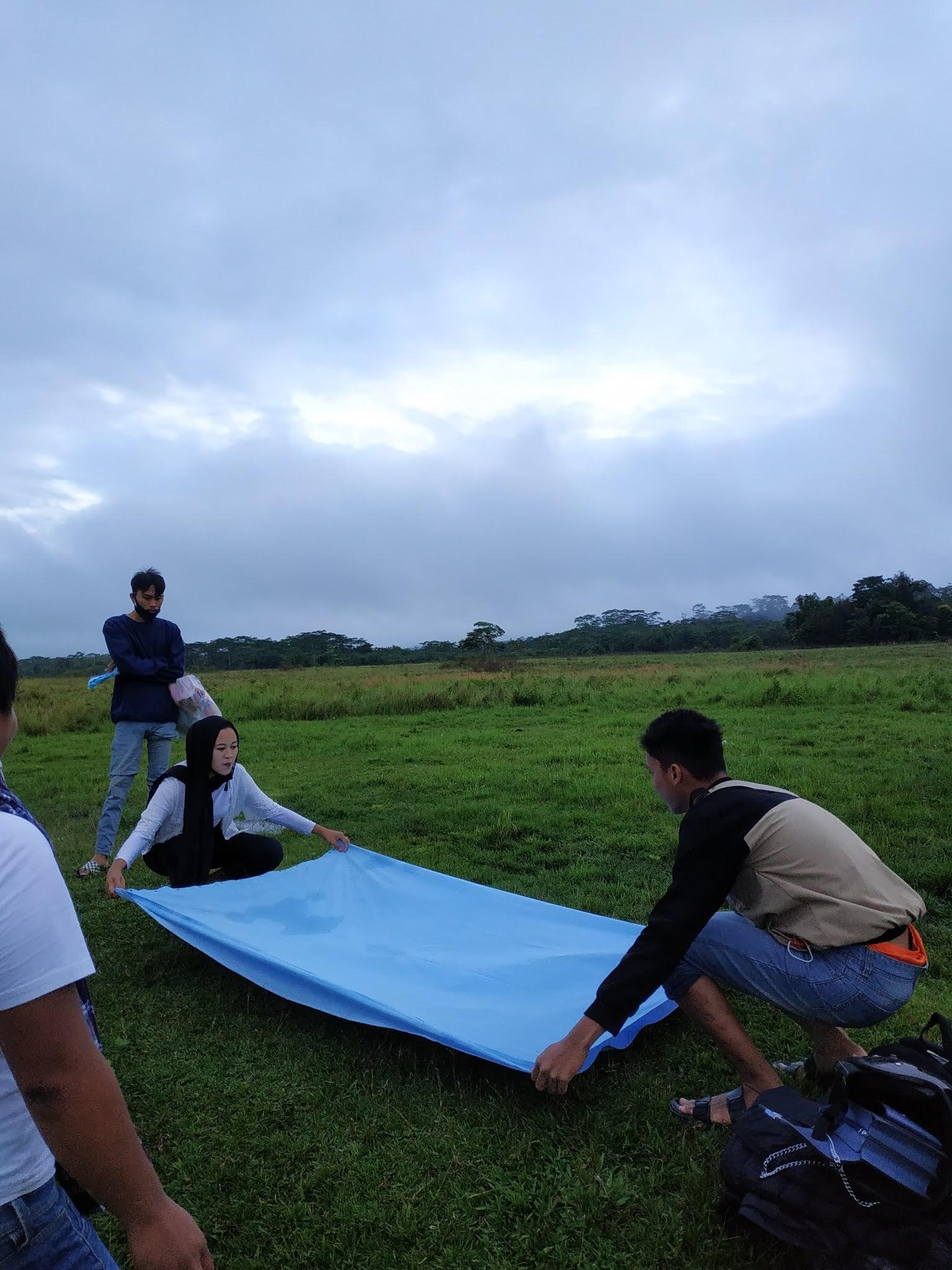 Demi Foto Piknik Ala-Ala di Gunung Tiga Putri