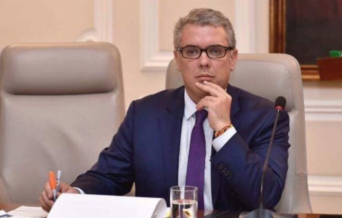 """Duque dispuesto a ponerse la vacuna de AstraZeneca para """"dar tranquilidad del país"""""""