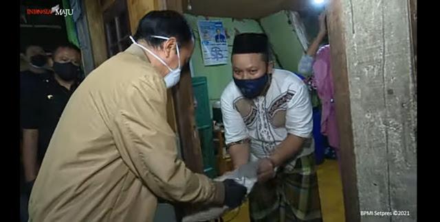 Blusukan Malam-malam Bagikan Obat, Jokowi Dipuji Mirip Umar bin Khattab: Bismillah Staf Menag