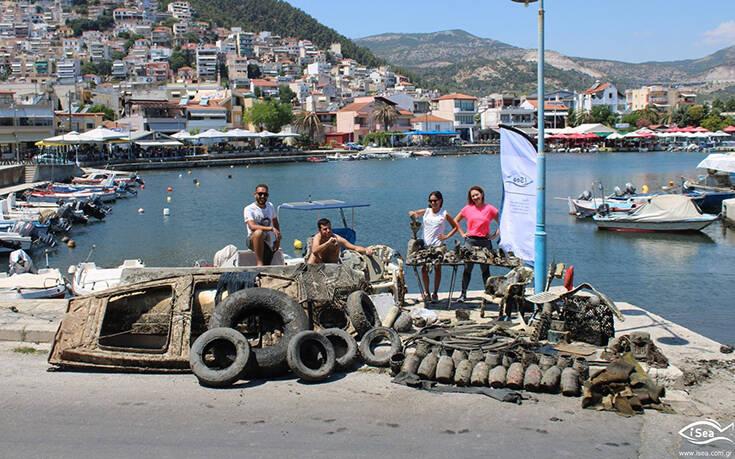 Δύτες ανέσυραν βάρκα από το λιμάνι της Καβάλας