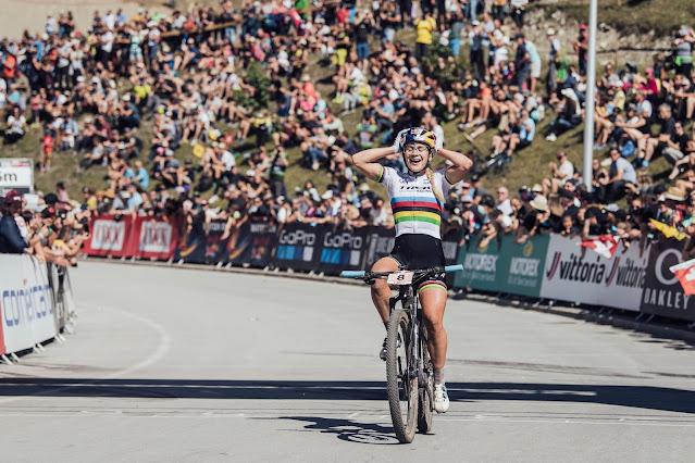 Evie Richards é a atual campeã mundial de MTB - Foto: Bartek Wolinski / Red Bull Content Pool