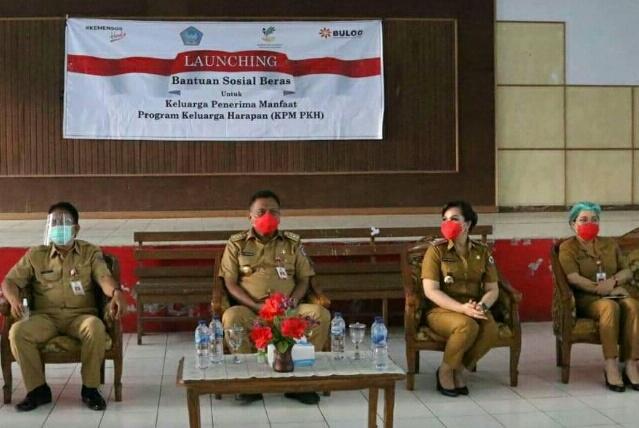 Didampingi SAS. Gubernur Olly Dondokambey Serahkan Bantuan PKH di Tomohon