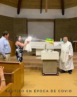 Cura bautizando niño con pistola de agua