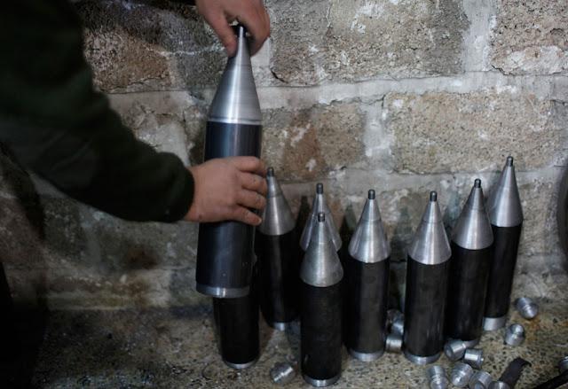 Cohetes fabricados en un taller en Aleppo