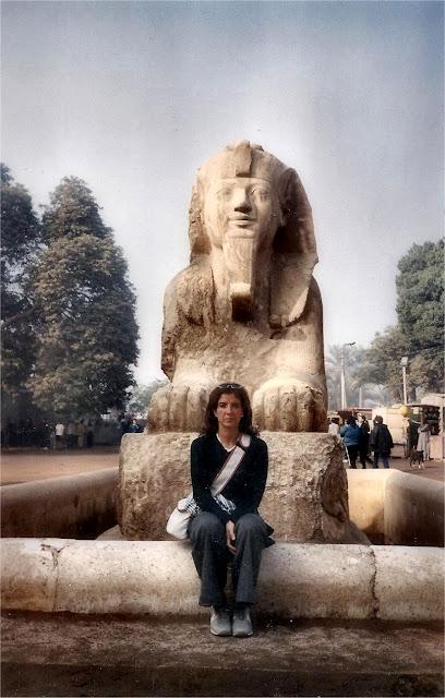 Silvia, mi fiel compañera, ante la esfinge de alabastro. Museo de Menfis (Mit Rahina)