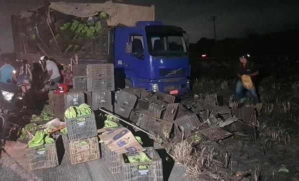 Caminhão carregado de banana que saiu de Quixeré perde o controle e derruba carga na BR-020