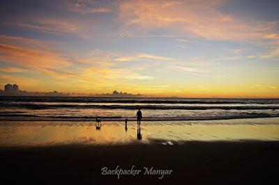 Berjalan menyusuri senja di Pantai Batu Belig -  Backpacker Manyar