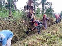 Aksi Nyata, Babinsa Koramil 16/PT Bantu Petani Bersihkan Saluran Irigasi dan Beteng