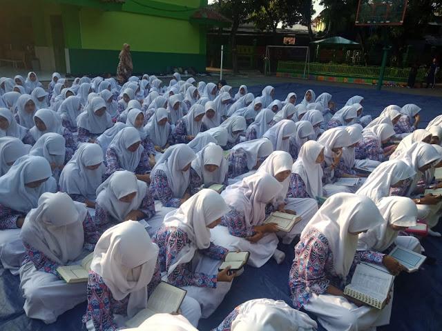 Hari Anak Nasional, Para Siswa SMAN 110 Belajar di Luar Kelas