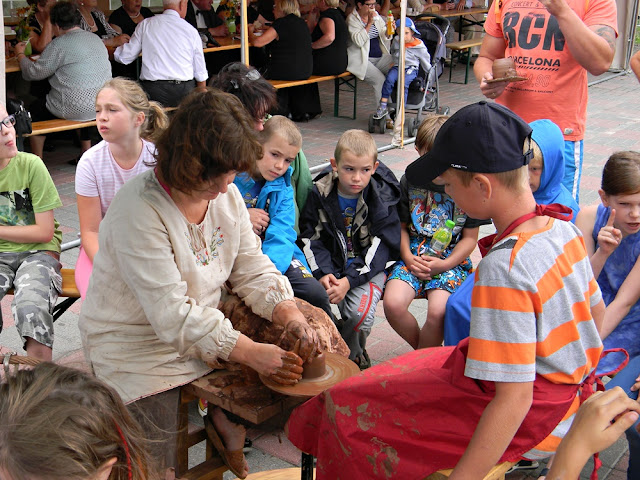 dzieci uczyły się robienia wyrobów ceramicznych w Zbąszyniu