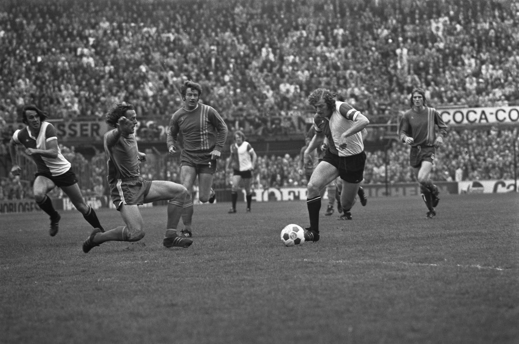 Wim Jansen en Peter Ressel breken door de Twente-defensie