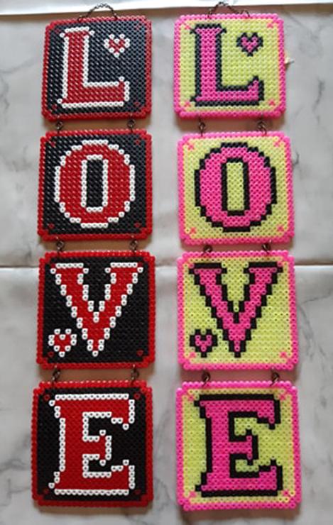Tavlor av nabbi-pärlor LOVE