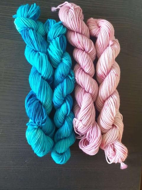 Håndfarvet merino uldgarn i blå og lyserød