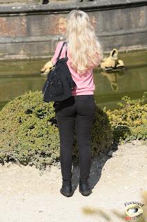Hermosa rubia francesa pantalon apretado
