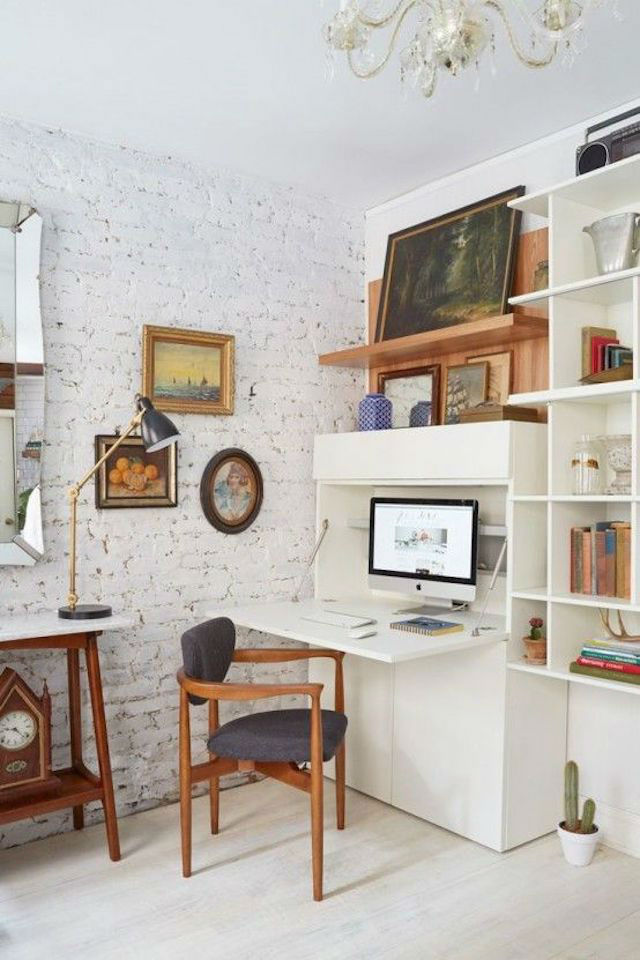 Módulo de madera a medida en el salón que oculta el escritorio