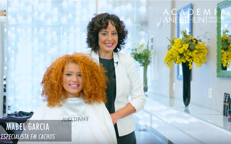 Mabel Garcia da Academia Aneethun ensina corte para cabelos cacheados