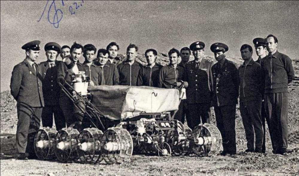 Il Lunochod fotografato sulla Terra insieme ai cosmonauti.