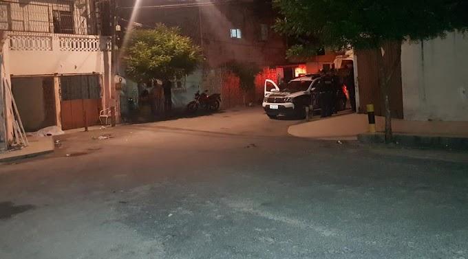Homem é morto a tiros na frente da companheira em Fortaleza