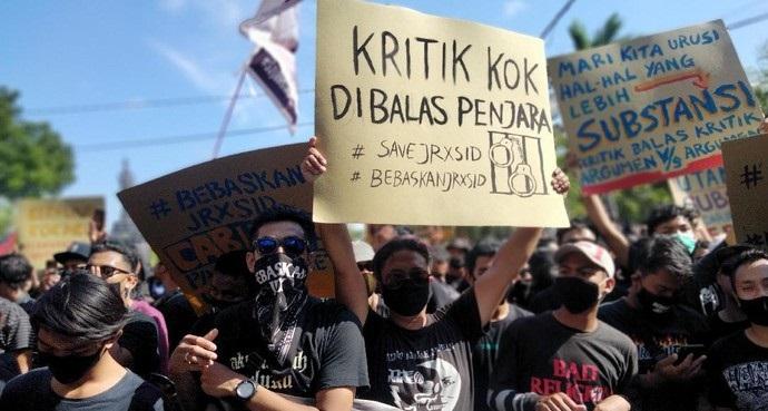 Jelang Sidang Perdana, Ratusan Pendukung Jerinx Mendemo Koster Tanpa Jaga Jarak