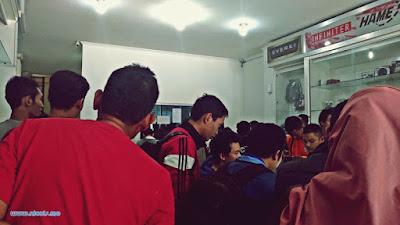 Kondisi toko Jakarta Notebook cabang Semarang yang selalu ramai
