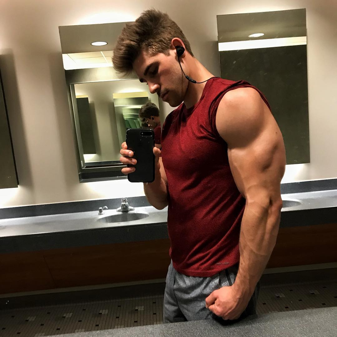 hot-young-fit-guys-huge-arms-big-beautiful-male-biceps-selfies