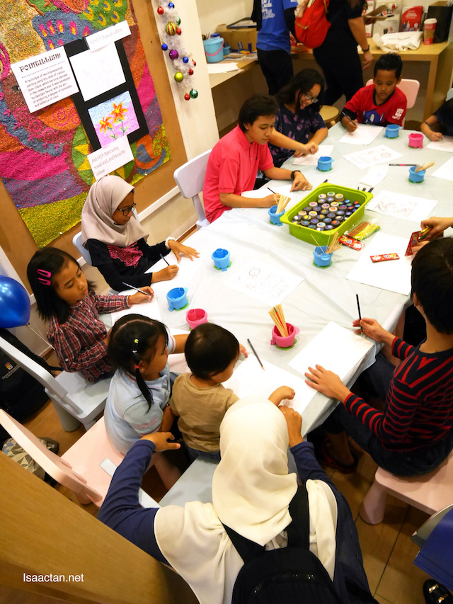 The children enjoying themselves during the Fun Art Classes For The Kids @ Pelikan Store Malaysia