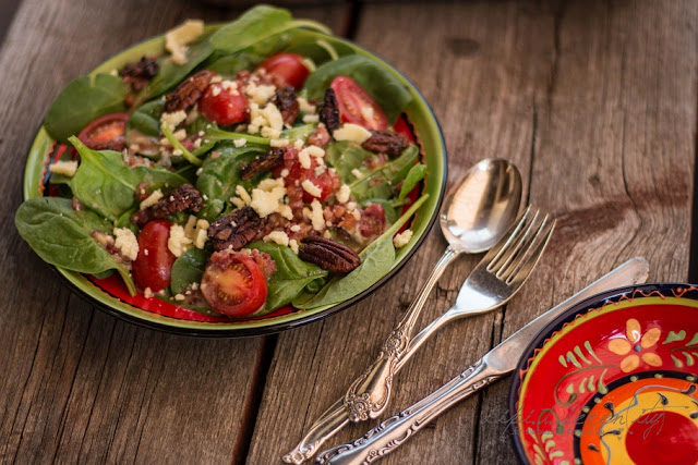 Spinatsalat und Bacon-Bluecheese-Dressing