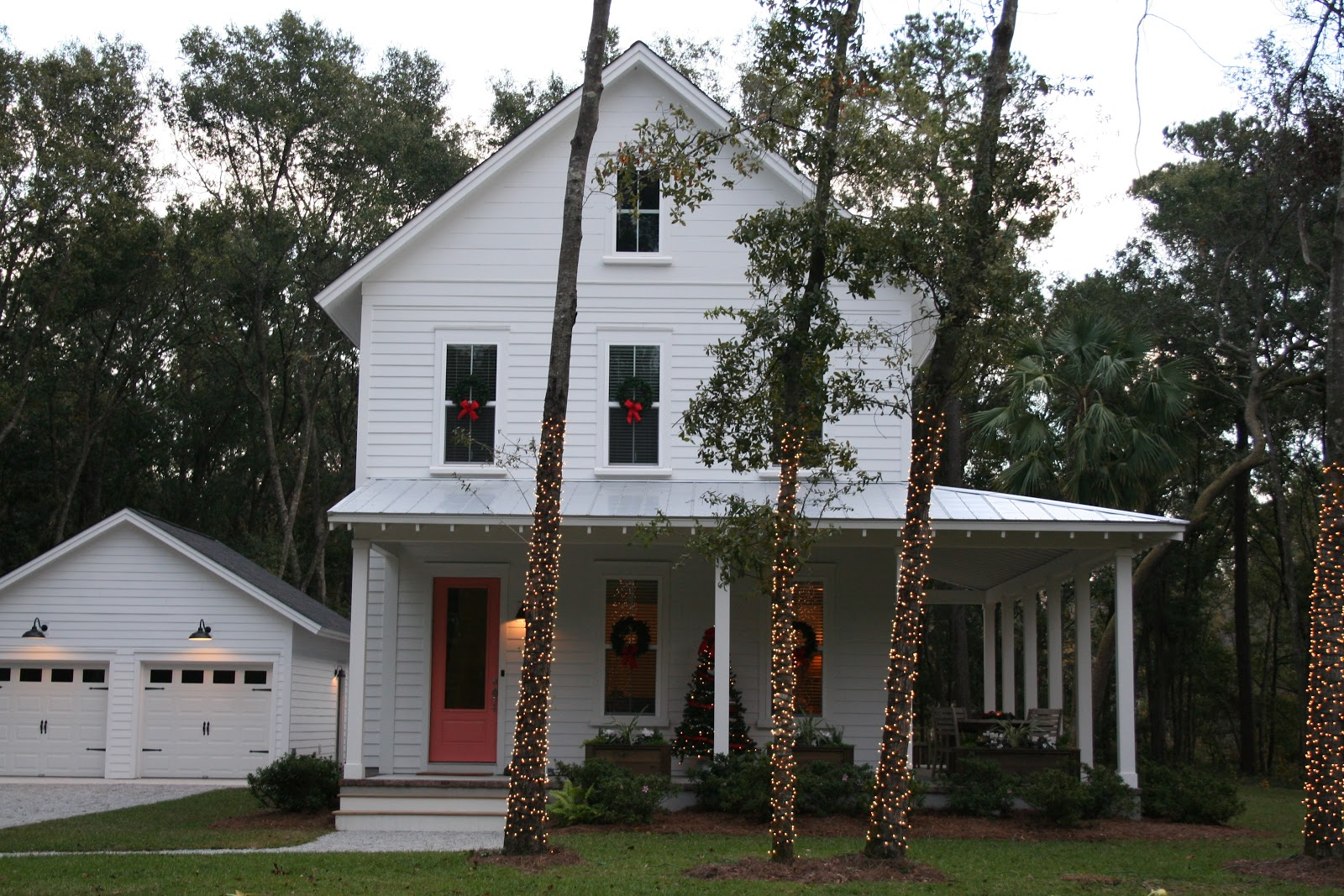 and here is what the house looks like at night simple classic cottage outdoor christmas decorations the lowcountry lady - Outdoor Christmas Decorations 2017