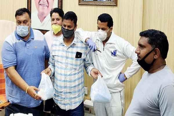 congress-leader-lakhan-singla-distribute-mask-and-sanitizer-news