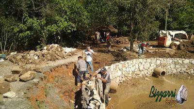 Bizzarri, da Bizzarri Pedras, trabalhando na construção do lago em Cotia-SP onde estamos fazendo o muro de pedra em volta do lago para evitar o assoreamento do lago que esta desbarrancando. 24 de abril de 2017.