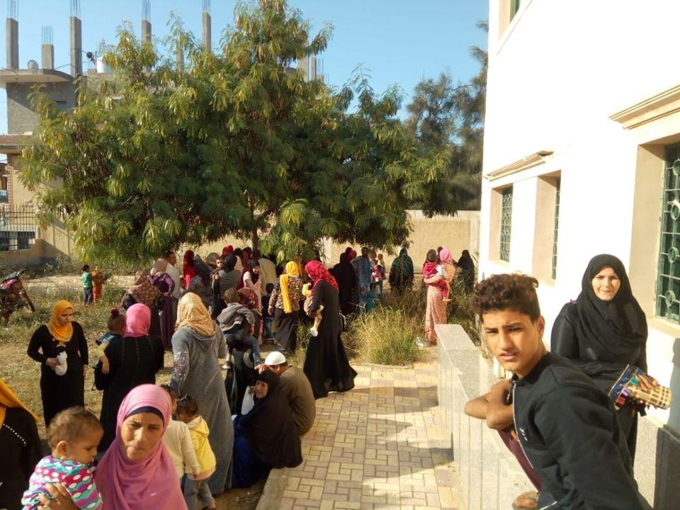 توقيع الكشف الطبي على ٣٣٩٦مريض بقافلة طبية علاجية بقرية كوم النصر بالمحمودية