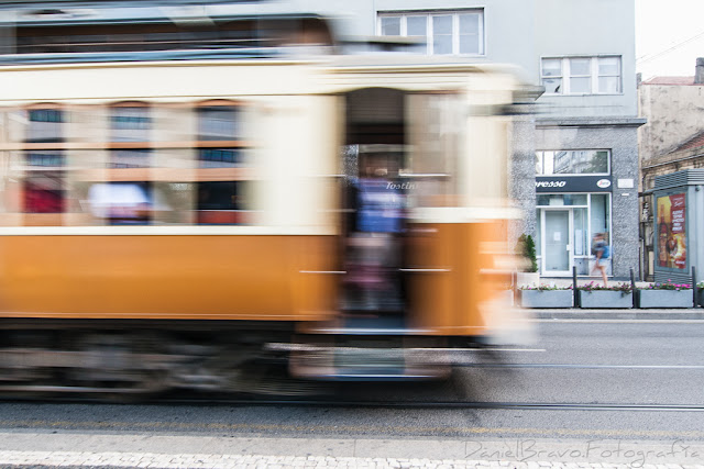 Fotografía de un tranvía a gran velocidad por la ciudad de Oporto