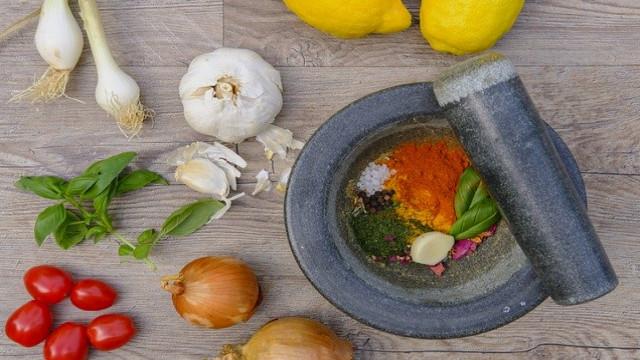 فوائد تناول الثوم والبصل والليمون كل يوم