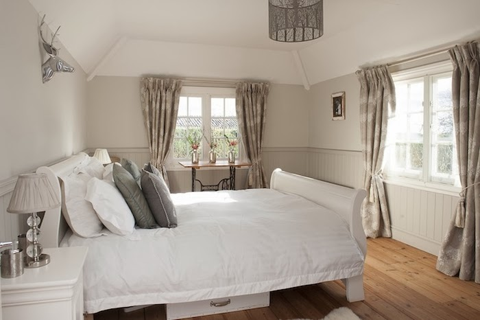 Stary, drewniany dom w Anglii, wystrój wnętrz, wnętrza, urządzanie domu, dekoracje wnętrz, aranżacja wnętrz, inspiracje wnętrz,interior design , dom i wnętrze, aranżacja mieszkania, modne wnętrza,styl francuski, styl klasyczny, styl rustykalny, stary dom, dom po remoncie, drewniane belki, sypialnia