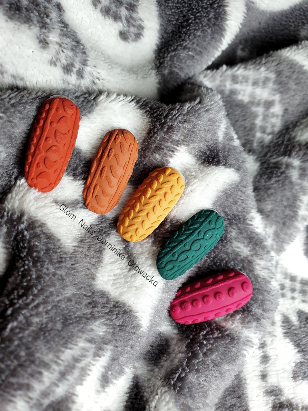 sweterek na paznokciach
