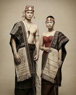 sepasang pria dan wanita dengan pakaian adat batak toba