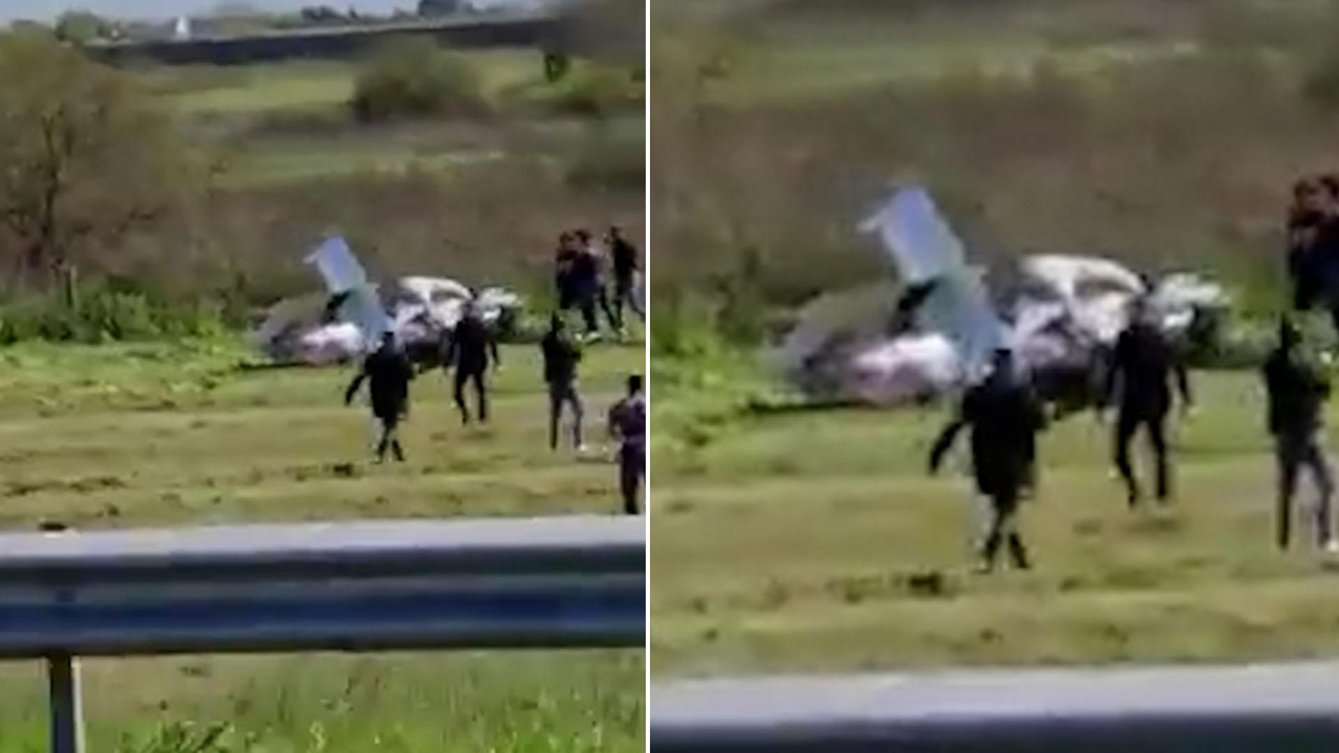 Una avioneta cayó esta tarde al costado de la Autopista Buenos Aires-La Plata con dos personas a bordo y ambas fallecieron en el accidente.