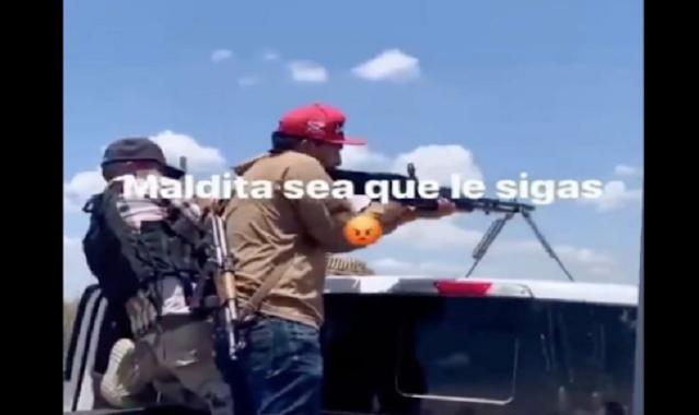 """VIDEO.- Sicarios de """"Los Chapitos"""" enseñando a usar las armas una M60 a un nuevo recluta"""