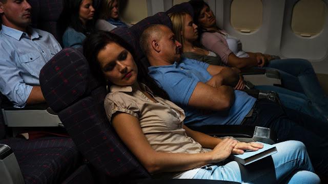 """Una mujer demanda a United Airlines porque un pasajero """"excitado"""" la acosó en pleno vuelo"""