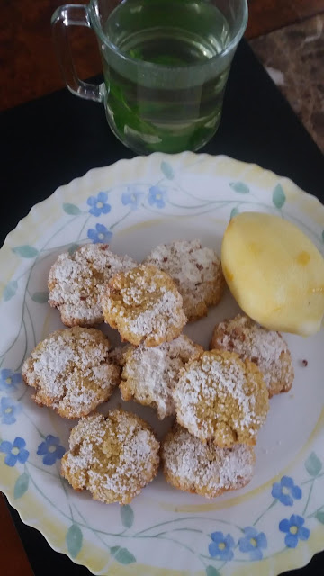 Biscuits à la semoule au coco et citron;délicieux biscuits,légèrement sablés et croquants en bouche,parfumés délicatement au citron.